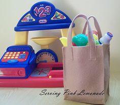 Serving Pink Lemonade: Grocery Sack ~ Felt grocery bags for pretend play Felt Diy, Felt Crafts, Kid Crafts, Yarn Crafts, Play Grocery Store, Felt Food Patterns, Felt Play Food, Crafts For Kids To Make, Diy Toys