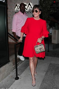 Kris Jenner blinkar lite ben i elegant röd klänning i Beverly Hills Curvy Outfits, Classy Outfits, Chic Outfits, Fashion Outfits, African Wear, African Dress, Sexy Dresses, Cute Dresses, Kris Jenner Style