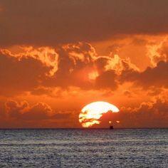 O verão começou nesta quinta-feira (21) com um belo nascer do sol no ES.