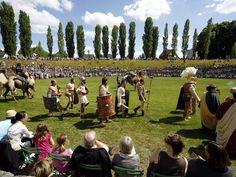 Besucher und Gladiatoren am Eröffnungstag 2011