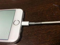 """""""Apple製品を買ったら一番最初にする事は、充電コードの根元をボールペンのバネで補強する事。これをやってから千切れ無くなった"""""""