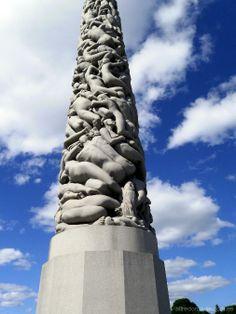 El Monotito: Una escala en el puerto de Oslo me permitió visitar uno de los parques escultóricos al aire libre más importantes y curiosos del mundo, el Parque Vigeland, en la fotografía se aprecia la parte inferior de la escultura más conocida del parque, el Monolito, una columna tallada sobre una sola pieza de granito de más de 14 metros de altura con 121 figuras humanas en su superficie. Desde unos tres metros… Leer más: http://www.fotografiart.eu/el-monolito-parque-vigeland-oslo/