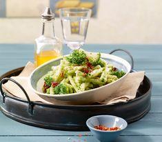 Bei dieser Pasta mit Broccolicreme und Dörrtomaten kommt nicht nur ein leckeres, sondern auch ein schnelles Gericht auf den Tisch.