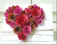 """Valentine's Day: Faça seu próprio cartão de Valentine's Day fazendo pequenas rosas de papel. Corte tiras de tamanhos diferentes e vá enrolando até formar essas rosas. Ao final, cole a pontinha do """"enroladinho"""". Depois de secarem as rosas de papel, cole-as no cartão e use baker's twine ou um barbante de juta para finalizar."""