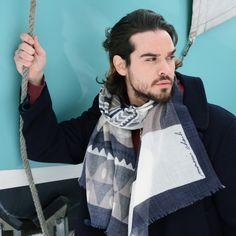 95115642c2fa Foulard en laine imprimée Umea dans des coloris sombres, pour les hommes  qui soignent leur
