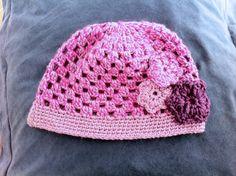 Gorro con tres flores, tejido a mano con lana en crochet / ganchillo.