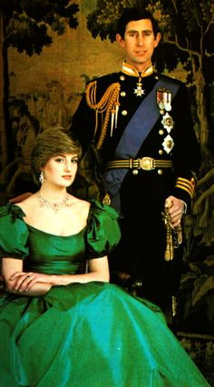 Diana wearing Graff necklace and earrings. Formal Engagement Portrait of Prince Charles and Lady Diana Spencer by Lord Snowdon. Lady Diana Spencer, Prinz Charles, Prinz William, Princess Diana Fashion, Princess Diana Pictures, Royal Princess, Prince And Princess, Prinz Harry, Estilo Real
