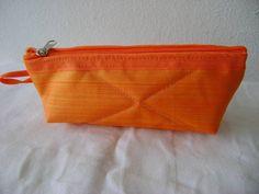 Nécessaire feita em tecido dublado e forrada com nylon.   Mede aproximadamente 16cm de largura, 7cm de altura e 5cm de profundidade. R$ 12,00