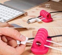 Chargeurs, câbles USB et écouteurs s'entremêlent toujours sur notre bureau… rien de plus enrageant.Heureusement, il existe des produits et des trucs pour nous aider à nous débarrasser de nos fils! (ou du moins à les …