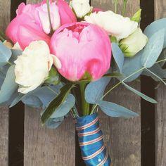 Peony bouquet #coralsunsetpeonies #rosegoldandtealflowers