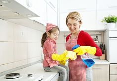 According to a recent study, when children do chores they learn to be more empathetic, they better understand the importance of contributing to family and are well-adjusted. But it isn't just about telling kids to do chores — it's teaching them how. House Cleaning Tips, Green Cleaning, Spring Cleaning, Office Cleaning, Kitchen Cleaning, Montessori, Grand Menage, House Chores, Cleaning