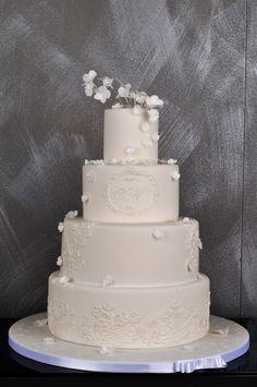 White on white wedding cake. Cakepops, Amazing Cakes, Wedding Cakes, Desserts, Food, Birthday Cake Toppers, Cake Ideas, Wedding Gown Cakes, Tailgate Desserts