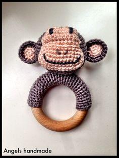 Gehaakte rammelaar aap met houten ring. #crochet monkey rattle with wooden ring