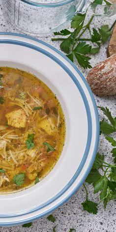 Du hast Lust auf eine leckere Suppe, aber nur wenig Zeit? Kein Problem: In nur 15 Minuten steht diese Frühlings-Suppe mit Hähnchenbrust als Einlage auf dem Tisch. Frische Kräuter darüberstreuen und genießen!