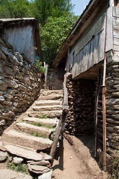 Dupa ce in prima parte despre Valea Cernei, v-am descris itinerariul catre Cascada Vanturatoarea si Cheile Tasnei, doresc sa va dezvalui si alte trasee care merita incercate.