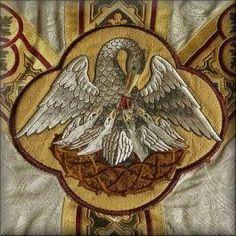 Pelícano en ornamento litúrgico. Así como el pelícano da su vida por sus crías, hiriéndose en su propio pecho, Cristo da la vida por nosotros para que podamos tener vida eterna; Nuestra alma no puede vivir sin el alimento de la EUCARISTÍA