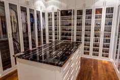 Fabelhafte Schuh Speicher Schrank. Glastüren können Kleidungsstücke und Accessoires leicht gesehen werden, und bietet gleichzeitig noch ein Gefühl von Privatsphäre. Eine große Marmorplatte steht eine Kommode, Schubladen für zusätzlichen Speicher hinzufügen.