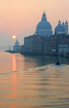 Sunglow on Venice waters St Petersburg Russia, Honeymoon Places, Grand Canal, Venice Italy, Places Around The World, Wonders Of The World, Taj Mahal, Cool Photos, Beautiful Places
