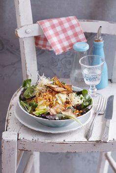 Salat mit roten Linsen und Räuchertofu-Chips | http://eatsmarter.de/rezepte/salat-mit-roten-linsen-und-raeuchertofu-chips-vegan