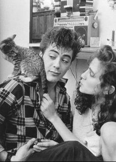 Two of my favorite things : Robert Downey Jr . and Robert Downey Jr. Sarah Jessica Parker Body, Foto Face, Hero Marvel, Celebrities With Cats, Men With Cats, Robert Downey Jr., Robert Downey Jr Young, Animal Gato, Foto Portrait