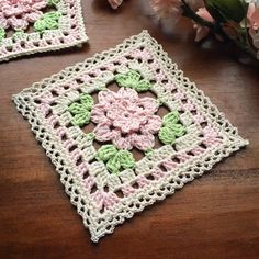 I made these 4 flower squares a few months ago and was thinking of making a blan. : I made these 4 flower squares a few months ago and was thinking of making a blanket. Lately I've been interested in trying to mak… Granny Square Häkelanleitung, Granny Square Crochet Pattern, Crochet Blocks, Crochet Squares, Crochet Granny, Crochet Motif, Crochet Yarn, Crochet Flowers, Granny Squares