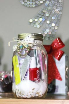 17 tolle Geschenke im Glas - idees kdo fait maison - Mason Jar Christmas Gifts, Easy Diy Christmas Gifts, Mason Jar Gifts, Mason Jar Diy, Craft Gifts, Diy Gifts, Holiday Gifts, Pots Mason, Gift Jars