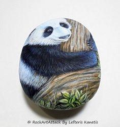 Hand geschilderd met zwarte en witte reus panda Beer op een bos boom stenen!  Dit is een natuursteen die is geschilderd door mij, omgevormd tot een mooi portret van een panda op een boom! Een groot geschilderd steen voor u en een slim idee van de Gift voor uw geliefde vrienden!  Is geschilderd op een soepele zee steen die ik heb verzameld van een strand op een Grieks eiland. Is beschilderd met fine-art kwaliteit acryl kleuren en zeer kleine borstels voor het detail, is ondertekend op de rug…