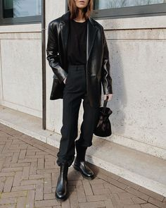 all black: leather oversized blazer, sweater, pants, boots Looks Total Black, Looks Dark, The Black, Black Silk, Fresh Outfits, Fall Outfits, Casual Outfits, Look Fashion, Winter Fashion
