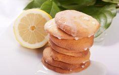 Biscotti al limone: è proprio vero che i gusti più semplici sono sempre quelli più amati ed apprezzati. Cosa c'è di più semplice, aromatico e gustoso di un biscotto al limone? In esso è racchiuso tutto il profumo delicato del Mediterraneo.