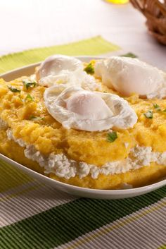 Mămăligă cu brânză și smântâna – blushing polenta with cheese and sour cream Sicilian Recipes, Turkish Recipes, Greek Recipes, New Recipes, Vegetarian Recipes, Romanian Food, Romanian Recipes, Sour Cream, Polenta Recipes