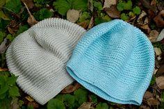 Ravelry: ouna's Hat11 2 шапки-берета. Натуральный цвет: размер 57-59см. Цвета мяты (чуть голубее, с 1 ниткой люрекса, что дает еле заметный блеск): 58-60см. Можно носить как берет.