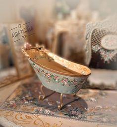 Vitrine Miniature, Miniature Dollhouse Furniture, Vintage Dollhouse, Miniature Houses, Diy Dollhouse, Miniature Dolls, Victorian Dolls, Antique Dolls, Vintage Dolls