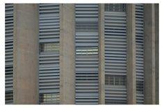 Janelas do prédio da Caixa, no Setor Bancário Sul     Brasília e a leveza de seus concretos armados.