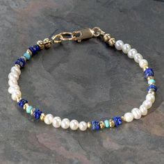 Esta delicada pulsera de perlas cuenta con pequeñas (3-4mm) de perlas blancas cultivadas redondas, con buen brillo, acentuado con genuino azul lapislázuli auténtico dormir belleza turquesa cuentas y. Los azules se fijan apagado unos de otros y de las perlas de espaciador de pirita