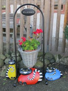 Ihr Homepagetitel...These cat rocks are a great way to decorate outside!!