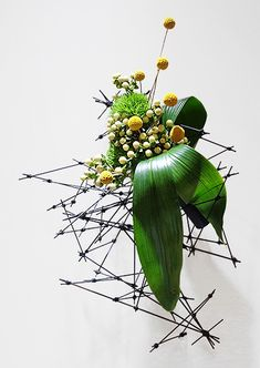Ikebana Flower Arrangement, Ikebana Arrangements, Fall Arrangements, Japanese Flowers, Japanese Art, Ikebana Sogetsu, Floral Design, Art Floral, Flower Food
