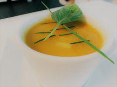 Veel vitamines, een mooie kleur en vooral -hartverwarmend- lekker. Dit soepje is van nature zoet en romig, zonder enige toevoeging van room of suiker.  Koolrabi en wortel, heerlijke smaken samen in soep! Thai Red Curry, Ethnic Recipes, Vitamins, Seeds