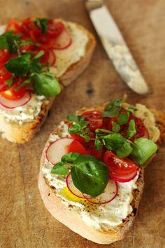 Sandes aberta de queijo com tomate cereja e agrião
