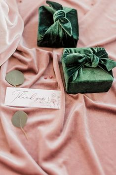 2020 fall wedding trend, velvet ring box idea in emerald, photo from wedding chicks Winter Wedding Favors, Creative Wedding Favors, Inexpensive Wedding Favors, Beach Wedding Favors, Wedding Favors For Guests, Bridal Shower Favors, Fall Wedding, Wedding Ideas, Wedding Souvenir
