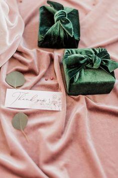 2020 fall wedding trend, velvet ring box idea in emerald, photo from wedding chicks Winter Wedding Favors, Creative Wedding Favors, Inexpensive Wedding Favors, Beach Wedding Favors, Wedding Favors For Guests, Bridal Shower Favors, Fall Wedding, Wedding Ideas, Wedding Souvenir