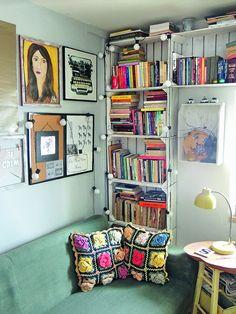 <p>Zobacz jak wykorzystać skrzynki po owocach. Jeżeli brakuje ci półek na książki prezentujemy ciekawy sposób na oryginalny mebel. Idealny do salonu, sypialni, czy przedpokoju. Drewniane skrzynki wydają się dość surowym materiałem, ale sam się przekonasz jakim wdzięcznym do pracy. Sprawdź naszą instrukcję krok po kroku.</p>