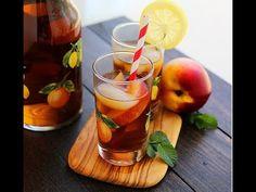 Evdə şaftalılı buzlu çay. Homemade iced tea with peach and honey. Домашн...