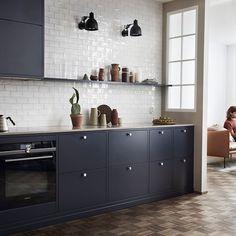 Sleek European design, few uppers, black and white, modern Bistro Kitchen, Big Kitchen, Kitchen Dining, Kitchen Decor, Kitchen Room Design, Interior Design Kitchen, Black Kitchens, Home Kitchens, Kitchen Backsplash
