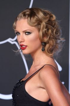 Taylor created a flapper-inspired faux bob by pinning up her golden ringlets at the VMAs.