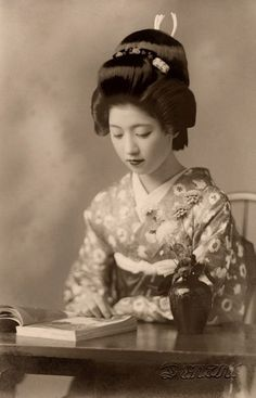 Vintage picture of Geiko Toba of Kyoto reading a book in Before World War not only Maiko, but also fully-fledged Geiko and Geisha still used their own hair to create their hairstyles; so the luxurious hairstyle Geiko Toba is wearing in this. Geisha Samurai, Geisha Art, Japanese Kimono, Japanese Girl, Memoirs Of A Geisha, Japanese Beauty, Japan Fashion, Japanese Culture, Vintage Photography