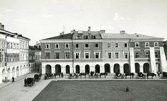 """/kurierzamojski/photos/Zamość 1930 - postój """"taksówek""""  — w miejscu: Zamojska Starówka"""