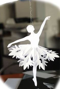Faire une ballerine en papier, tutoriel Models and tutorials for pretty paper ballerinas. Papercutting, Christmas decorations made of paper. All Things Christmas, Holiday Fun, Christmas Holidays, Christmas Border, Holiday Ideas, Kirigami, Holiday Ornaments, Holiday Crafts, Paper Ornaments