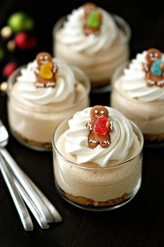 Super cute Gingerbread Oreo No-Bake Mini Cheesecakes. #food #Christmas #cheesecake