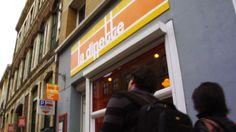 Dès que vous entrez dans le #restaurant la Dinette à Lille , vous êtes transportés dans votre enfance. Des murs tous colorés du vert, du jaune, des dessins stylisés de coucher de soleil, de toque, … devant lesquels vous pourriez rester des heures à chercher tout ce que ca représente. #burger http://www.restovisio.com/restaurant/la-dinette-881.htm#presentation