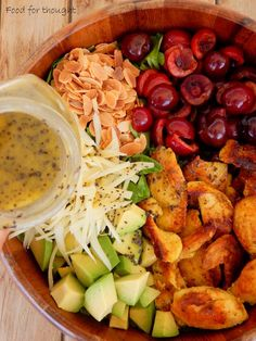 Σαλάτα με κοτόπουλο, κεράσια, αμύγδαλα και γραβιέρα
